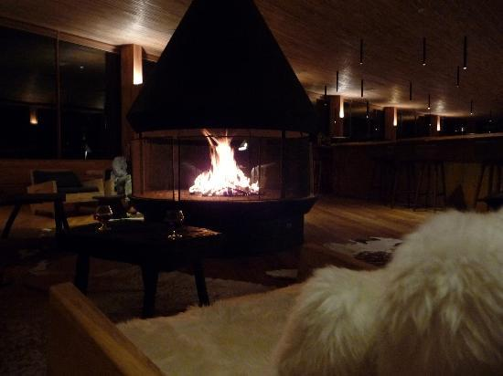 Tierra Patagonia Hotel & Spa: Fireplace in bar area