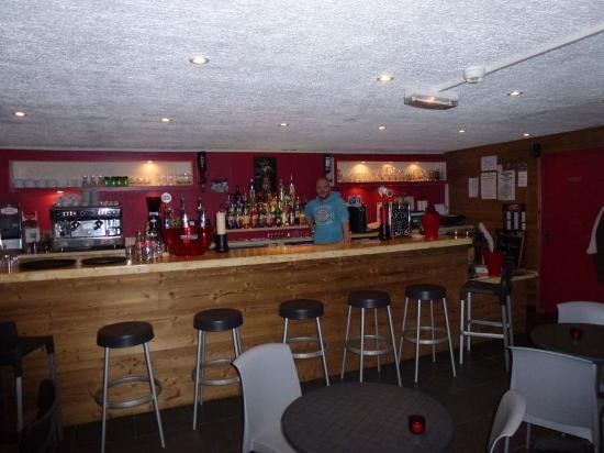 Hotel le Caribou : Le bar avec Jeremy a son poste!