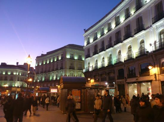 Gateway of the sun at night picture of puerta del sol for Puerta 23 bernabeu