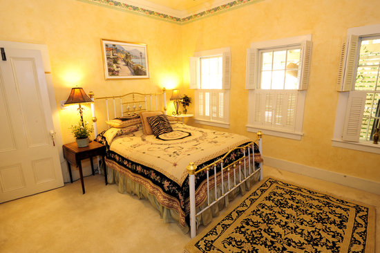 Harkey House Bed and Breakfast: Tuscany Room