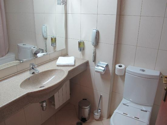 Unirea Hotel & SPA: Bathroom large by European standards, and clean