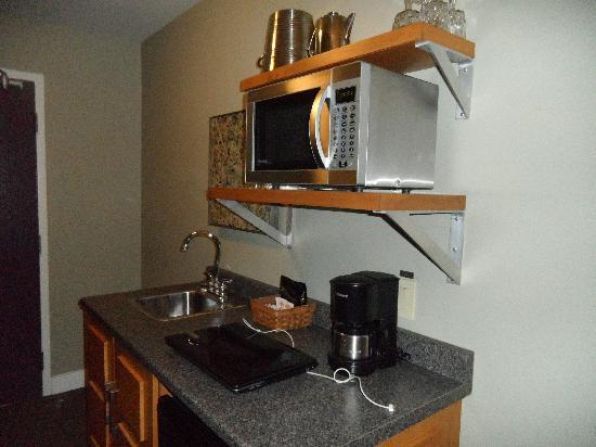 Bentley's Inn: Bar fridge & sink, microwave, coffee pot