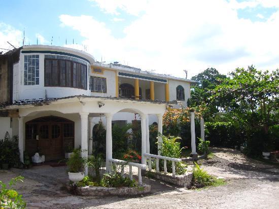 Kariba Kariba: front of the house