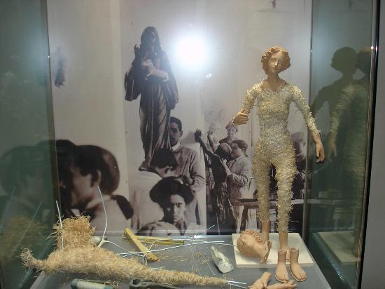 Museo della Cartapesta: Vitrine, die die Herstellung einer Figur aus Cartapesta erläutert