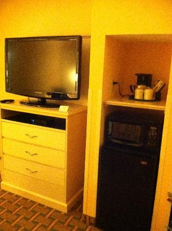 La Quinta Inn & Suites Memphis East-Sycamore View : Tv, coffee maker, microwave, fridge