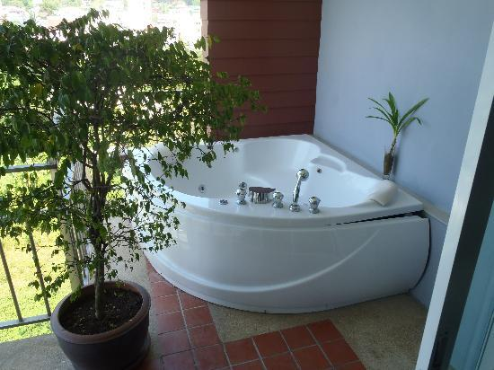 APK Resort : minisuit: view of the jacuzzi on the balcony