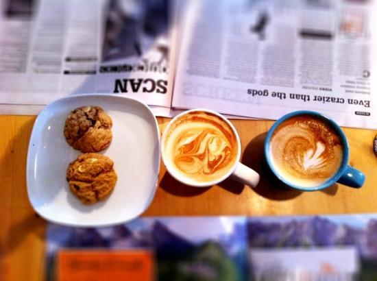 Communitea Cafe: lattes and cookies