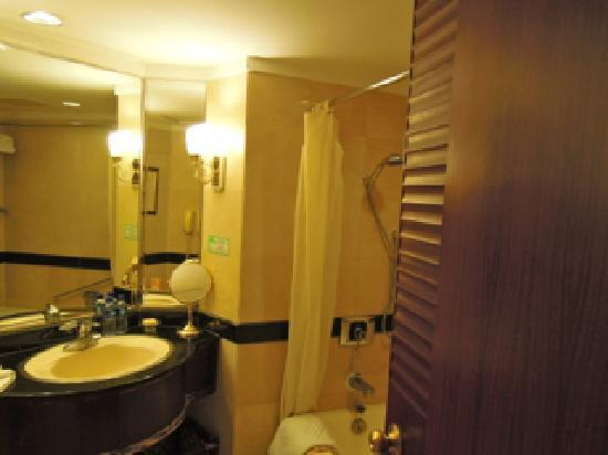 Zhaolong Hotel: 洗面とバスタブ
