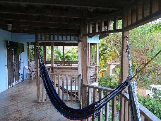 Mariposa Lodge: The deck with hammocks outside unit # 3