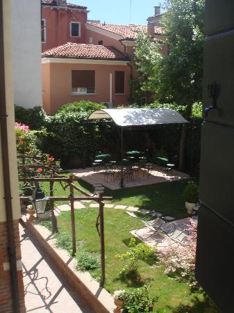 Santa Margherita Guesthouse: Vue de la chambre