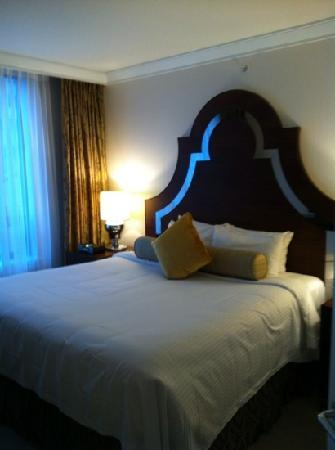 L'Hermitage Hotel: large bed
