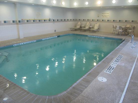Courtyard by Marriott Kingston: Pool Area