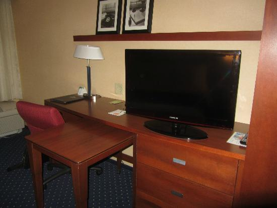 Courtyard by Marriott Kingston: Samsung TV & Work Desk