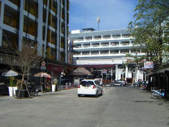 Ashlee Hub Hotel Patong: Hotel from out side