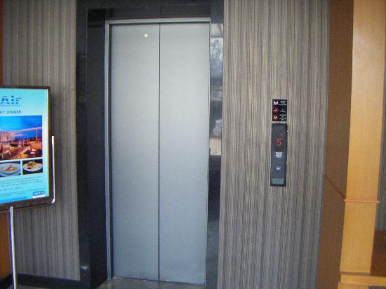 Ashlee Hub Hotel Patong: Lift