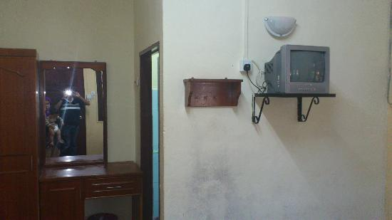 Flora Beach Resort: Small TV