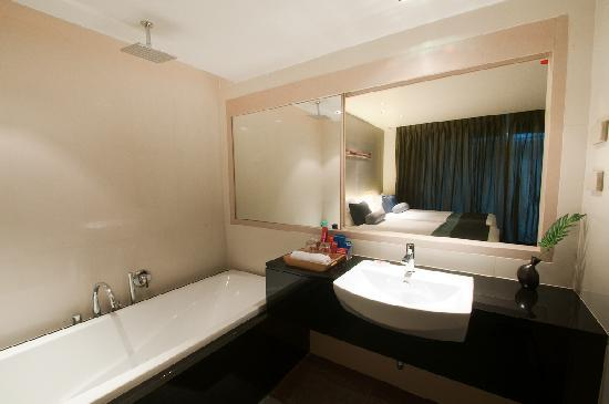 The ASHLEE Heights Patong Hotel & Suites: Superior Room - Bathroom