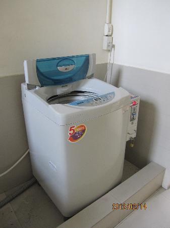 The Atrium Ratchada 13: 泡にあるエレベーターの反対側にある洗濯機