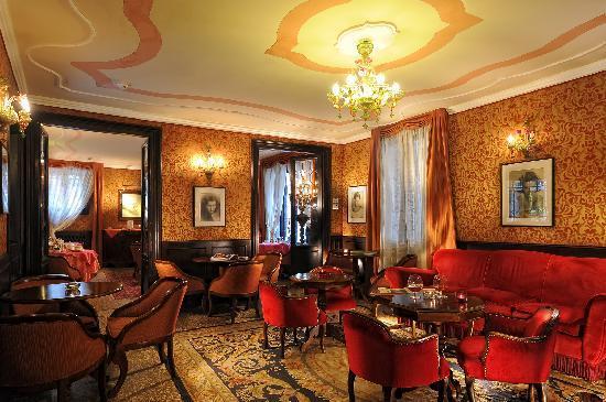 Hotel Flora: bar & reading room