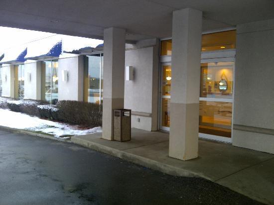 Days Inn London: Front door, Feb 2012...