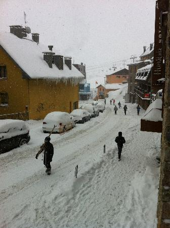 Hotel Himalaia Pas: View down the street when snowing. #1