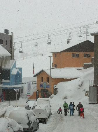 Hotel Himalaia Pas: View down the street when snowing. #2
