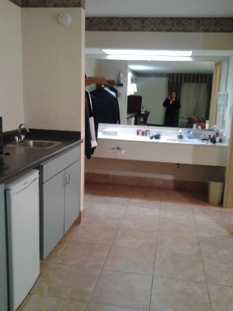 Super 8 Huntersville/charlotte Area : jacuzzi suite with fridge micro coffee pot and sink