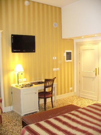 Hotel Bella Venezia: l'entrata dela 103 con tv led.
