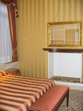 Hotel Bella Venezia: il cammino della stanza 103