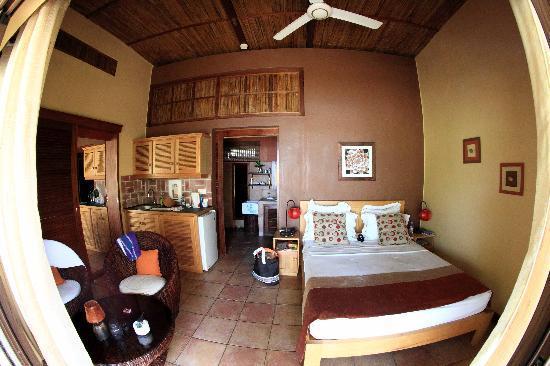 https://media-cdn.tripadvisor.com/media/photo-s/02/58/35/10/l-interieur-d-un-bungalow.jpg