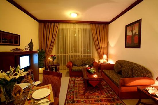 Mourouj Hotel Apartments: Deluxe Suite Living Room