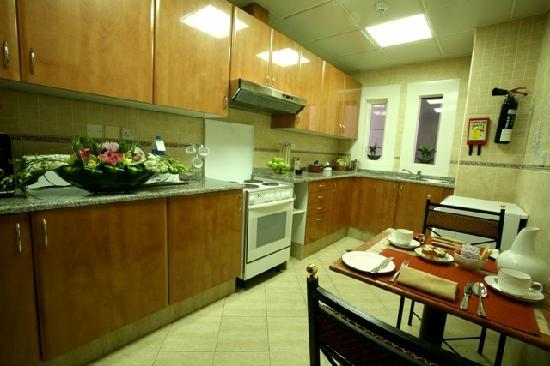 Mourouj Hotel Apartments: Suite Kitchen