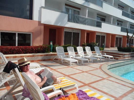Hotel Kamal: Went home nice and brown from lying on these sunbeds - and the pool guy always brought a pad as