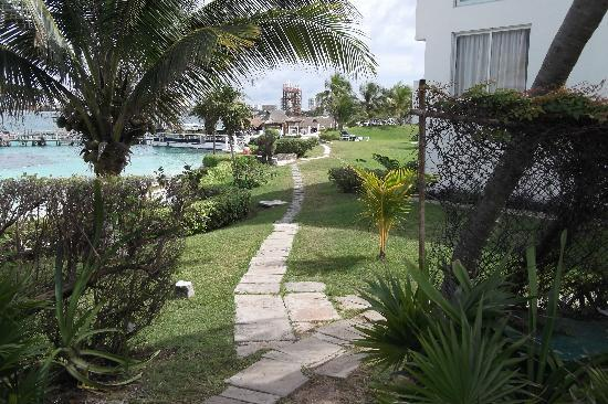 Maya Caribe Hotel: Path to restaurant