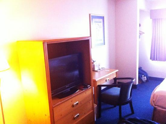 Days Inn Flagstaff I-40: TV and Desk in the room