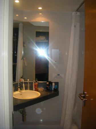 Holiday Inn Express Leeds East: Modern clean bathroom