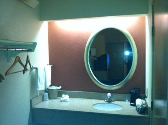 Red Roof Inn Edison: Bathroom Vanity