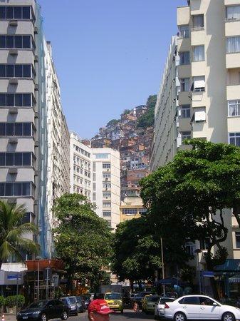 Hotel Savoy Othon: Vista desde la calle hacia la favela