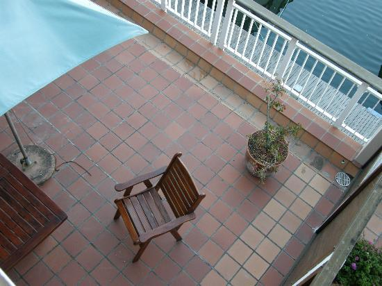 Apartments at Knysna Quays: Looking down on the deck from the upstairs balcony