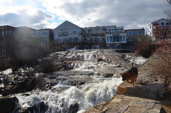 Grand Harbor Inn: waterfall near the hotel
