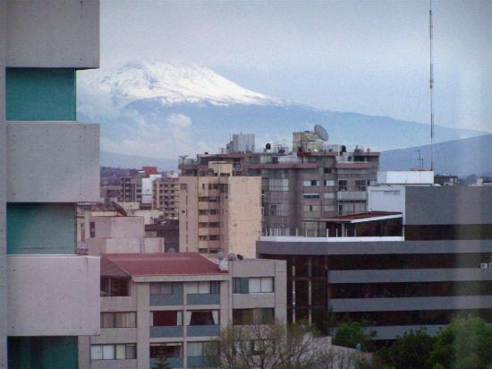 Hotel El Diplomatico: The volcano from the street side
