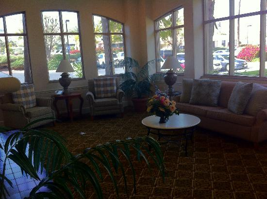 Hilton Garden Inn Palm Springs/Rancho Mirage: Waiting room next to lobby