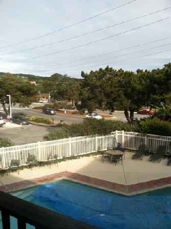 Bay Park Hotel: overlooking gas station and pool