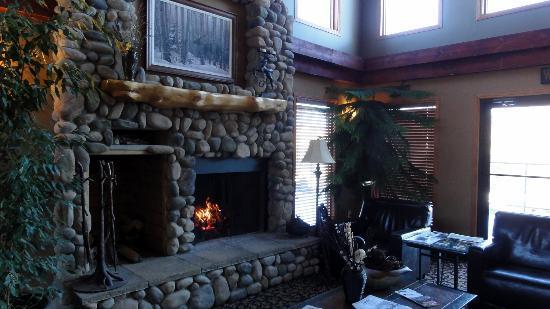 Elkwater Lake Lodge and Resort: Elkwater Lodge Lobby
