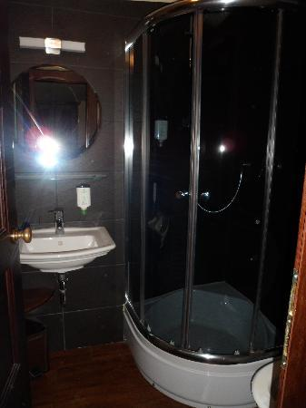 Botel Matylda: The bathroom and lovely shower