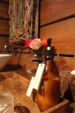 Summerfields Rose Retreat & Spa: Roses in the Bathroom