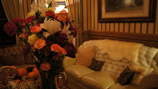 Barclay Heights Bed & Breakfast at Smythe House: Beautiful furnishings, fresh flowers