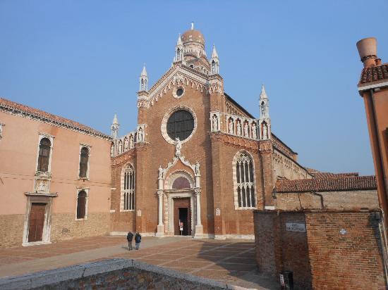 Chiesa della Madonna dell'Orto: Madonna dell'Orto: Facciata e Sagrato con pavimentazione in mattoni spina di pesce