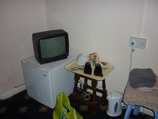 Beaconsfield Hotel: TV and Fridge
