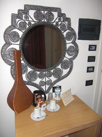 Logos Hotel: lo specchio etnico sulla toletta con bollitore